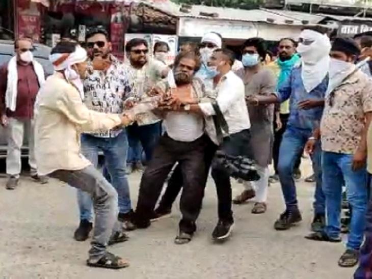 कांग्रेसी नेताओं की शिकायत करने थाने पहुंचे पत्रकार कमल शुक्ला को थाने से बाहर लाकर इस तरह पीटा गया था।