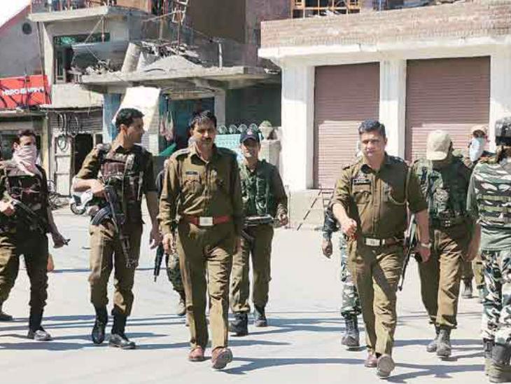 आतंकियों ने सोमवार को शोपियां के निलडाेरा में एक कर्मचारी की हत्या करने वाले आतंकियों की तलाश के लिए सर्च ऑपरेशन चलाया। -फाइल फोटो - Dainik Bhaskar