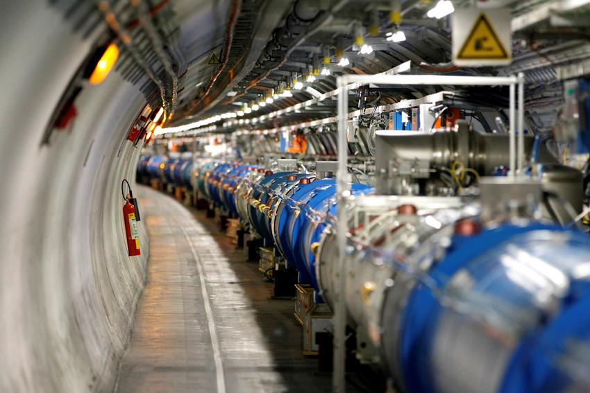 लार्ज हेड्रॉन कोलाइडर, जिसने 2012 में हिग्स बोसॉन खोजा था, जिसे गॉड पार्टिकल भी कहा जाता है।