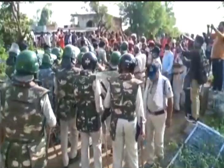 सिंहपुर थाने में भीड़ के उग्र होने पर पुलिसबल ने लाठीचार्ज कर दिया। इसके बाद मौके पर सुरक्षा बढ़ा दी गई।