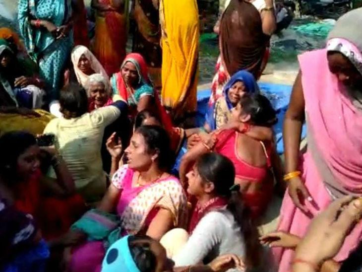 महिला की हत्या के बाद रोते बिलखते परिजन। - Dainik Bhaskar