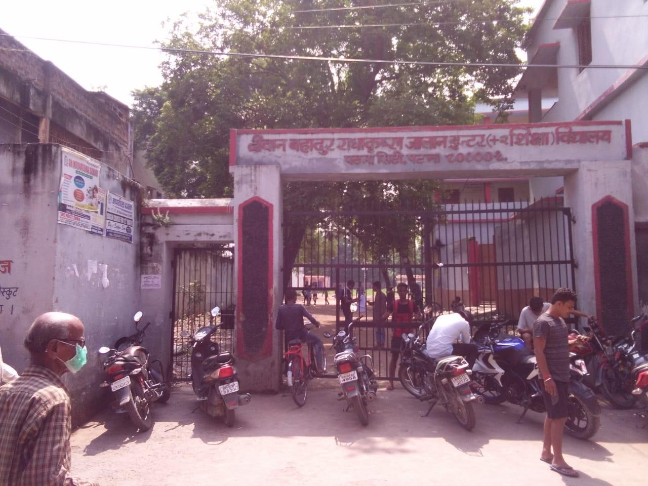 पटना सिटी स्थित इसी दीवान बहादुर राधा कृष्ण जालान हाई स्कूल के शिक्षक हैं कामता प्रसाद सिन्हा।
