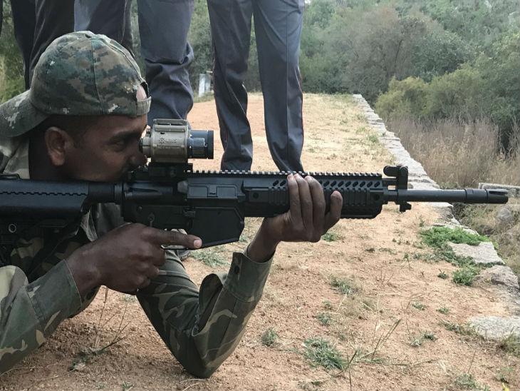 72 हजार राइफलें सेना की नार्दन कमांड और दूसरे ऑपरेशन इलाकों में तैनात सैनिकों को मिल चुकी हैं।- फाइल फोटो - Dainik Bhaskar