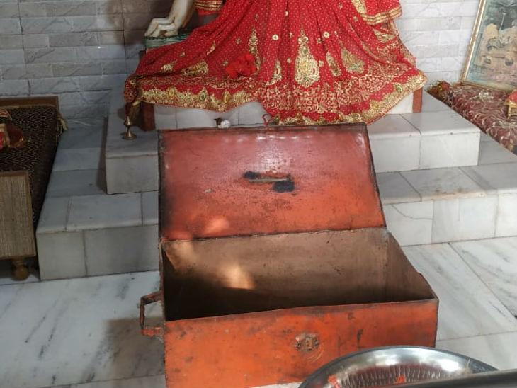 दुर्गा प्रतिमा के सामने रखा दानपात्र।