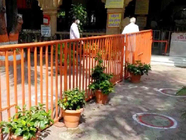 रणजीत हनुमान मंदिर में दूसरी बनाकर दर्शन को पहुंचे भक्त।