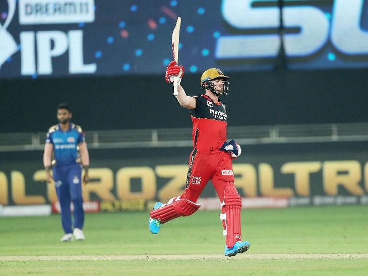 सुपर ओवर में बेंगलुरु को जीत दिलाने के बाद जश्न मनाते एबी डिविलियर्स।
