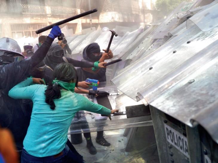 महिलाओं को नियंत्रित करने के लिए पुलिस ने आंसू गैस के गोले भी दागे। साथ ही खुद के बचाव के लिए सुरक्षा कवच भी बनाया।