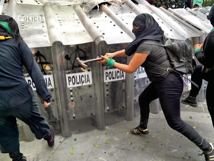 महिलाओं ने हथौड़ियों से सुरक्षा कवच को तोड़ने की कोशिश की। इस घटना में कुछ महिलाएं और पुलिसकर्मी भी घायल हुए।