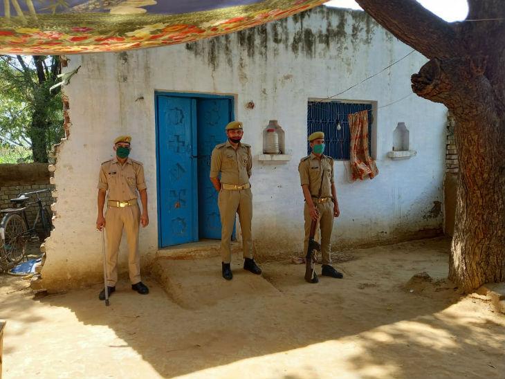 गांव में पीड़िता के घर पर पुलिस की तैनाती।