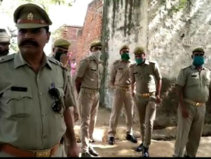 घटना के बाद से मौके पर पुलिसबल तैनात किया गया है। यहां बड़ी संख्या में पुलिसकर्मी हालात पर नजर रखे हैं।