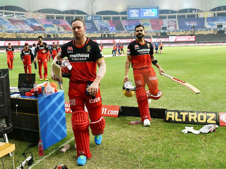 मैच जीतने के बाद वापस डगआउट में जाते डिविलियर्स और कोहली।