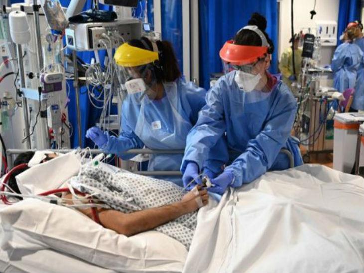 ब्रिटेन की राजधानी लंदन के एक अस्पताल में संक्रमित के इलाज में जुटे डॉक्टर्स और मेडिकल स्टाफ। देश में अब तक 42 हजार से ज्यादा संक्रमितों की जान गई है।- फाइल फोटो