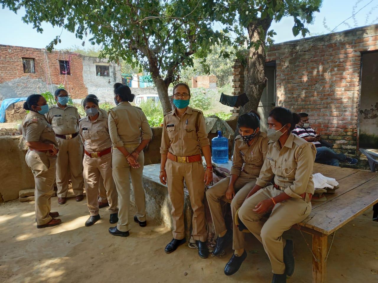 घर पर बड़ी संख्या में महिला पुलिसकर्मियों को भी तैनात किया गया है।