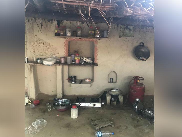 पीड़िता के घर में किसी ने खाना नहीं खाया है, किचन में सामान बिखरा पड़ा है।