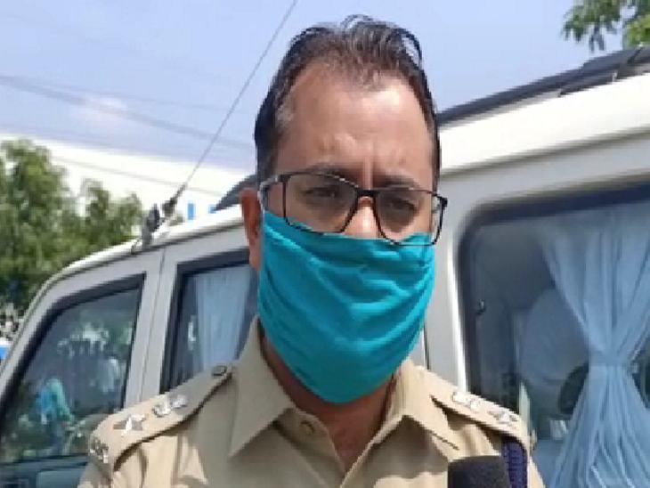 मामले में धार एसपी आदित्य प्रताप सिंह का कहना था कि जल्द आरोपियों काे गिरफ्त किया जाएगा।