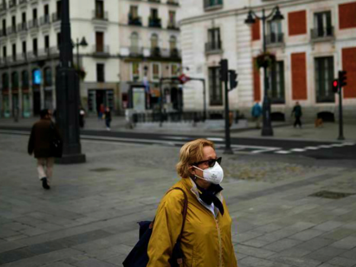 A woman passing through a street in Madrid. Here the local administration is opposing any kind of restrictions. At the same time, the central government has made it clear that all steps will be taken to stop the second wave of infection. (File)