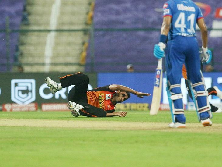 अपनी ही बॉल पर कैच लेने की कोशिश करते हुए भुवनेश्वर कुमार।