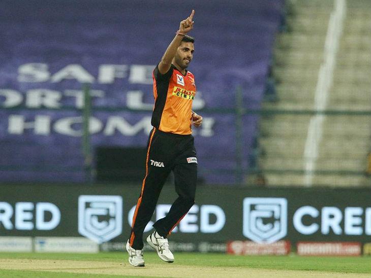 तेज गेंदबाज भुवनेश्वर कुमार ने मैच में 4 ओवर में 25 रन देकर 2 विकेट लिए।