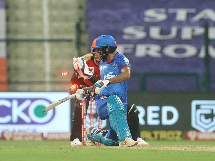 दिल्ली के लिए ओपनर शिखर धवन ने सबसे ज्यादा 34 रन की पारी खेली। धवन को विकेटकीपर बेयरस्टो स्टंप आउट करने की नाकाम कोशिश करते हुए।
