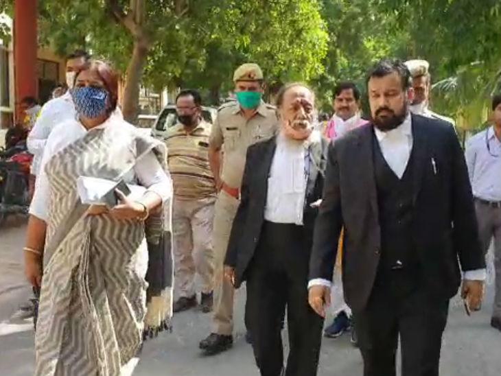 मथुरा कोर्ट परिसर में वकील रंजना अग्निहोत्री, हरिशंकर जैन व विष्णु शंकर जैन। (बाएं से)