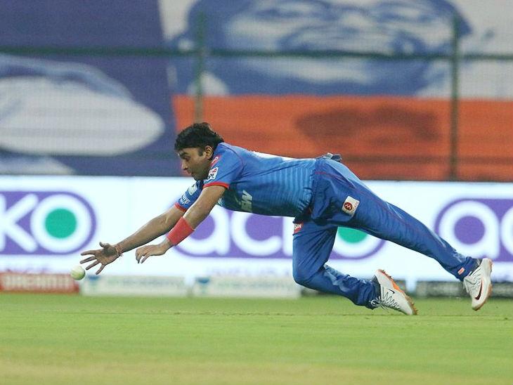 छलांग लगाकर फील्डिंग में रन बचाते हुए दिल्ली के स्पिनर अमित मिश्रा। इन्होंने मैच में 2 विकेट भी लिए।