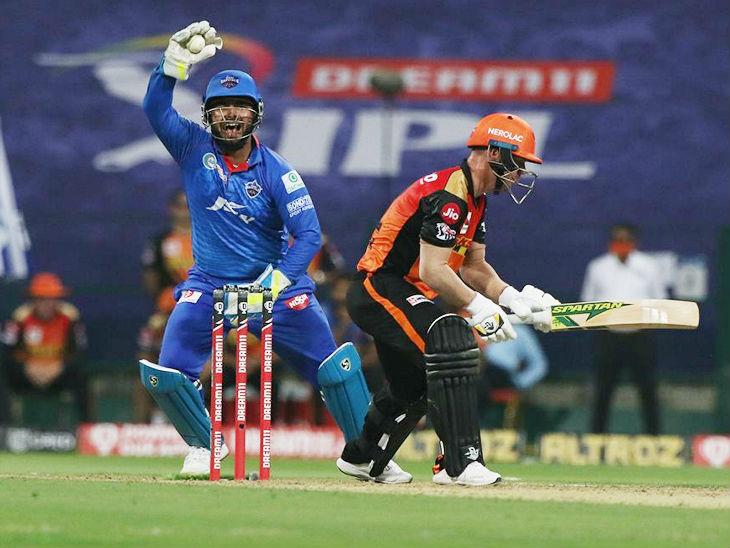दिल्ली के विकेटकीपर ऋषभ पंत ने डेविड वॉर्नर का कैच पकड़ा। अंपायर ने आउट नहीं दिया, तो दिल्ली ने डीआरएस लिया। फिर 45 रन पर खेल रहे वॉर्नर आउट करार दिए गए।