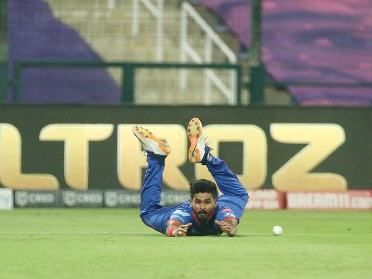 बेयरस्टो का कैच लेने की नाकाम कोशिश करते दिल्ली कैपिटल्स के कप्तान श्रेयस अय्यर।