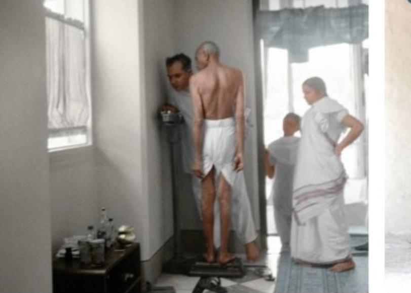 जून-1945 को बॉम्बे के बिड़ला हाउस में अपना वजन कराते बापू।