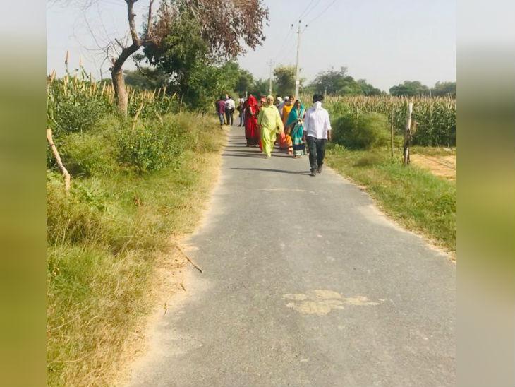 तस्वीर उस गांव की हैं, जहां 14 सिंतबर को दलित लड़की के साथ दरिंदों ने गैंगरेप किया था।