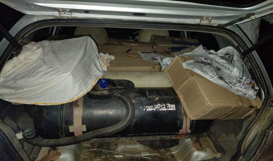इस प्रकार से पूरी कार में शराब की पेटी भर रखी थी।