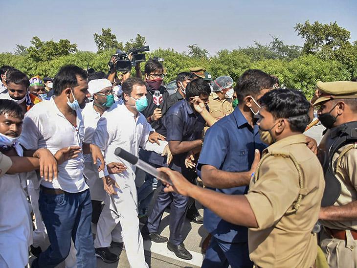 पुलिस ने राहुल और प्रियंका के काफिले को रोक दिया तो वे पैदल ही आगे बढ़ने लगे।