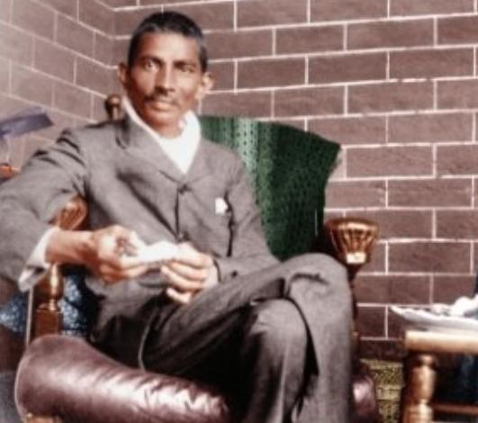राष्ट्रपिता की यह तस्वीर 18 फरवरी, 1908 को ली गई थी, जब वह दक्षिण अफ्रीका के डरबन में थे। तस्वीर उनकी बायोग्राफी लिखने वाले जेजे डोक के घर की है।