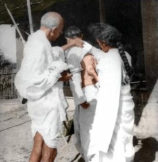 बिच्छू के काटने के बाद शख्स का इलाज करते हुए वर्धा के सेवाग्राम आश्रम में बापू और डॉ. सुशीला नैय्यर। यह तस्वीर 1938 में ली गई थी।