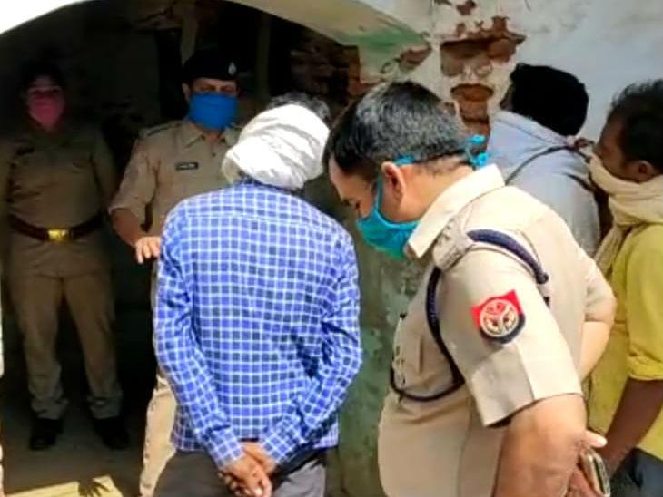 एक साड़ी से बने फंदे पर तीन बच्चियों के साथ महिला का शव लटकता मिला, पुलिस ने पति को हिरासत में लिया उत्तरप्रदेश,Uttar Pradesh - Dainik Bhaskar