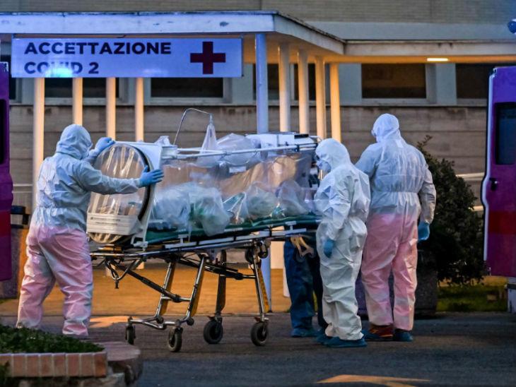 इटली की राजधानी रोम में एक संक्रमित को अस्पताल ले जाते मेडिकल स्टाफ। देश में अब तक 3 लाख से ज्यादा लोग संक्रमित मिले हैं। (फाइल फोटो)