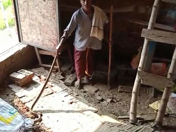 अखिलेश ने करीब 5 फुट लंबे उस विषैले सांप को काफी मशक्कत के बाद पकड़ लिया।