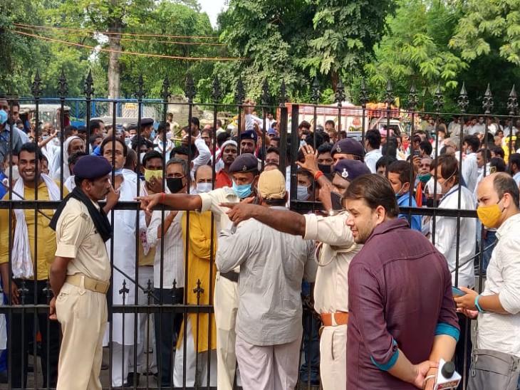 आयुक्त कार्यालय में तैनात पुलिस के जवान गेट के बाहर जुटी भीड़ को हटा नहीं पाए।