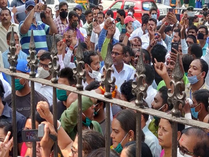 आयुक्त कार्यालय के गेट पर लगा नेताओं के समर्थकों का जमावड़ा।