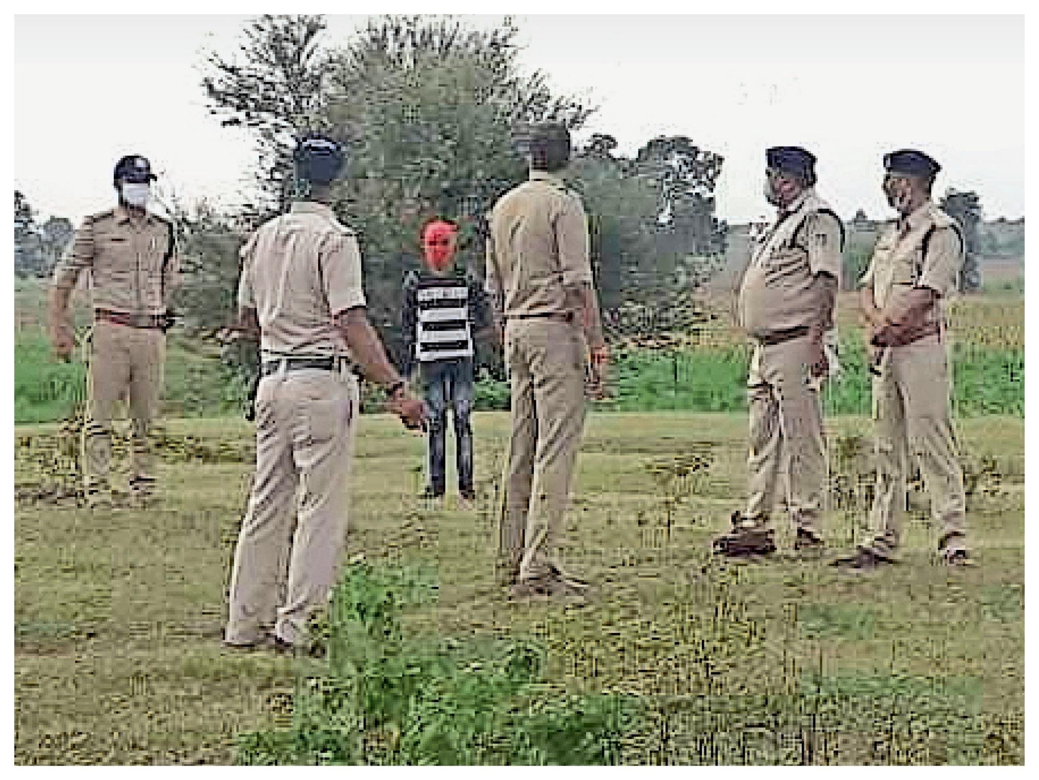घटनास्थल का मुआयना करते पुलिसकर्मी, इस स्थान पर ही नाबालिग के साथ दुष्कर्म किया गया था।