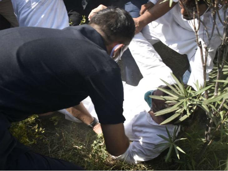 धक्का-मुक्की में राहुल गांधी रोड पर गिरे।