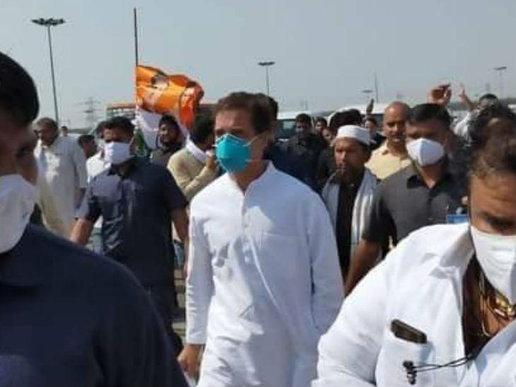 पैदल हाथरस के लिए निकले राहुल गांधी।