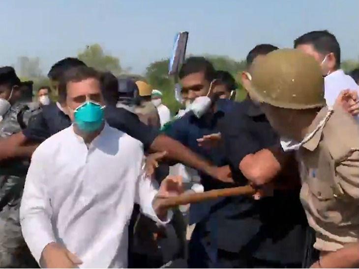 राहुल गांधी को रोकते पुलिसकर्मी।