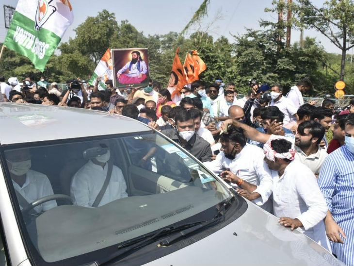डीएनडी फ्लाइओवर पर राहुल की गाड़ी को पुलिस ने रोका।