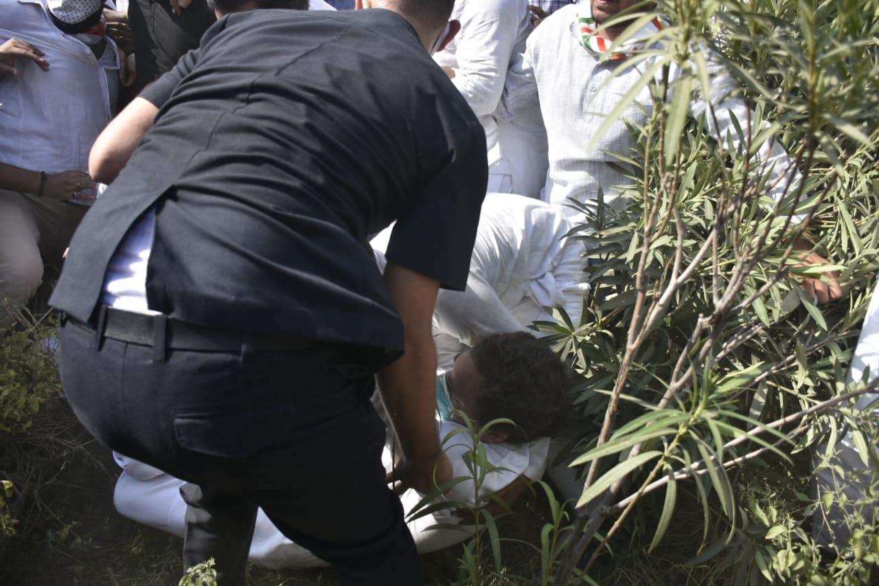 राहुल जमीन पर गिर गए।