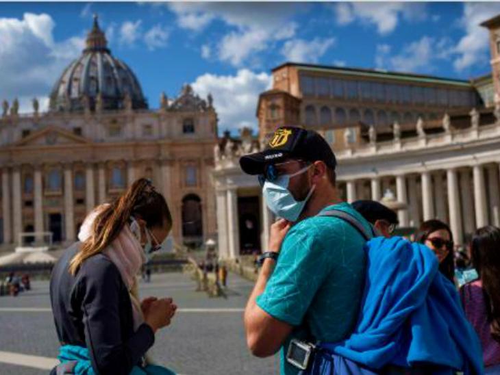 रोम के एक टूरिस्ट प्लेस के बाहर मौजूद लोग। इटली सरकार ने महामारी के मद्देनजर राष्ट्रीय आपातकाल जनवरी तक बढ़ाने पर फैसला किया है। (फाइल)