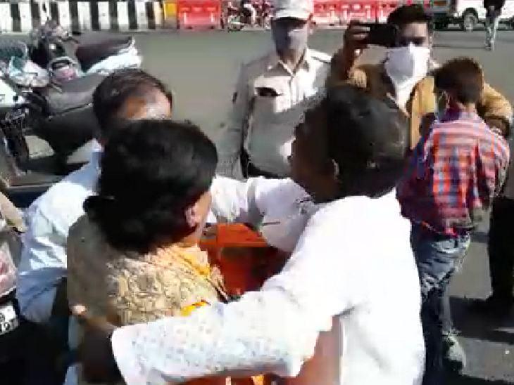 पुलिस और भाजपाइयों ने बचाकर बाहर निकाला।