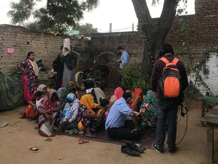 पीड़िता के गांव में मीडिया वाले पहुंचकर परिवार का हाल जान रहे हैं। हालांकि, पुलिस उन्हें गांव आने से रोक भी रही है।