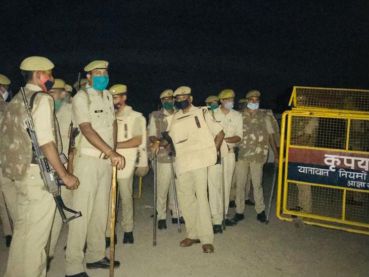 पीड़िता के गांव में भारी संख्या में पुलिस बल तैनात है।