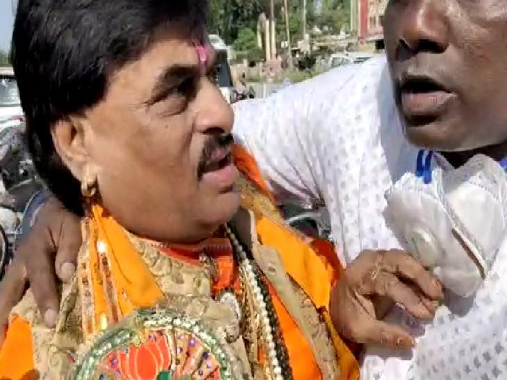 भाजपा नेता लक्ष्मीनारायण शर्मा के साथ हुई हाथापाई।
