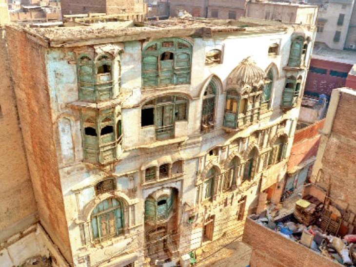 पाकिस्तान ने दिलीप कुमार और राज कपूर के जिन घरों को म्यूजियम बनाने का वादा किया उनमें लोग कचरा फेंक रहे, बोले- हवेली कभी भी गिर सकती है विदेश,International - Dainik Bhaskar